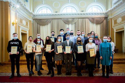88 стипендиатов Эндаумент-фонда получили долгожданные дипломы и памятные подарки.